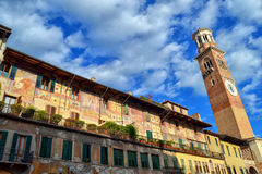 华美的壁画和塔在维罗纳 免版税库存照片