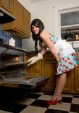 华美的妇女在厨房里 免版税库存照片
