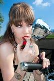 华美的妇女在嘴唇上把唇膏放 免版税库存照片