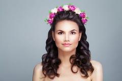 华美的妇女时装模特儿 秀丽明亮的夏天 免版税图库摄影