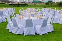 华美的婚礼椅子和桌设置美好用餐的 免版税库存照片