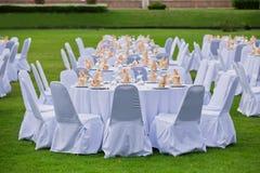 华美的婚礼椅子和桌设置美好用餐的 图库摄影