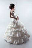 华美的婚礼礼服的美丽的新娘 塑造夫人 工作室 库存照片