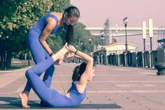 华美的室外年轻女人实践的瑜伽 平静和放松,女性幸福概念弄脏了背景 免版税库存图片