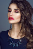华美的小姐画象有完善的皮肤的,红色填装了嘴唇和长期打褶了站立与闭合的眼睛的黑发 免版税图库摄影
