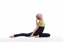 华美的少妇实践的瑜伽坐地板 库存照片