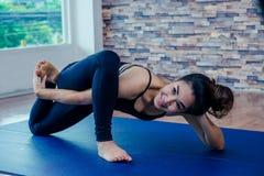 华美的少妇实践的瑜伽画象  库存图片