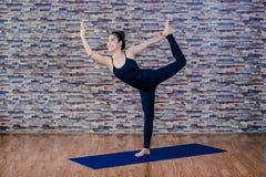 华美的少妇实践的瑜伽画象  免版税库存图片