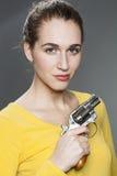 华美的少妇的女性枪力量概念 免版税库存照片