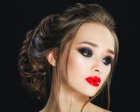华美的少妇面孔画象 有明亮的眼眉的秀丽式样女孩,完善的构成,红色嘴唇,发型 库存照片
