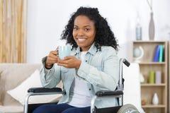 华美的年轻女人饮用的咖啡 免版税库存图片