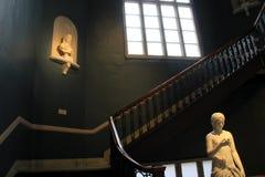华美的弯曲的楼梯和雕象在软的照明设备、历史阿尔巴尼学院和艺术,纽约下, 2016年 免版税图库摄影
