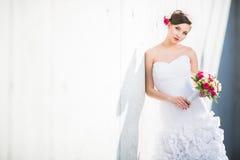 华美的新娘在她的婚礼之日 免版税库存图片