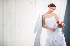 华美的新娘在她的拿着她可爱的花束的婚礼之日 免版税图库摄影