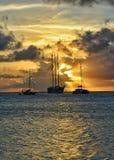 华美的日落在圣文森特和格林纳丁斯 帆船视图 库存图片