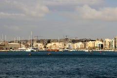 华美的海视图其中一个马耳他海岛的海湾  库存图片