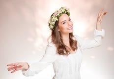 华美的深色的妇女佩带的春天花花圈 免版税库存照片