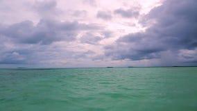 华美的热带风景视图,马尔代夫 印度洋和令人惊讶的白色云彩绿松石水  股票视频