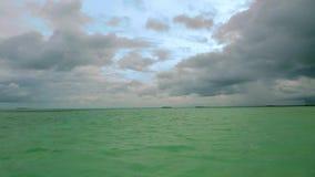 华美的热带风景视图,马尔代夫 印度洋和令人惊讶的白色云彩绿松石水  股票录像