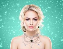 华美的白肤金发的佩带的豪华项链画象与宝石ov的 免版税库存图片