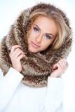 华美的蓝眼睛的妇女以冬天时尚 免版税图库摄影