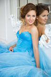 华美的蓝色礼服灰姑娘样式的美丽的新娘在镜子附近 库存照片