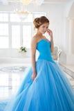 华美的蓝色礼服灰姑娘样式的美丽的新娘 库存照片
