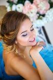 华美的蓝色礼服灰姑娘样式的美丽的新娘 免版税库存图片