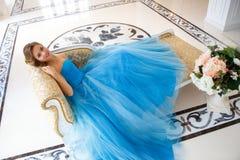 华美的蓝色礼服灰姑娘样式的美丽的新娘 免版税库存照片