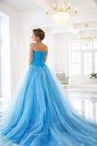 华美的蓝色礼服灰姑娘样式的美丽的新娘 库存图片