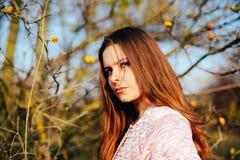 华美的年轻白种人妇女户外特写镜头画象  O 库存图片