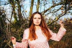华美的年轻白种人妇女户外特写镜头画象  O 库存照片
