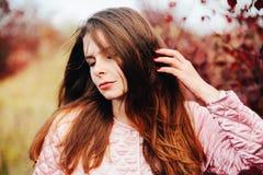 华美的年轻白种人妇女户外特写镜头画象  O 图库摄影