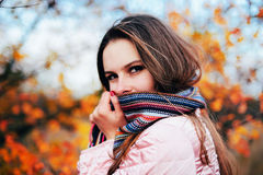 华美的年轻白种人妇女户外特写镜头画象  O 免版税库存照片