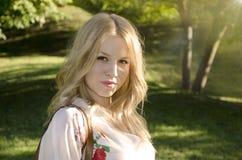 华美的年轻金发碧眼的女人在森林里 库存照片