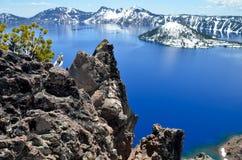 华美的Crater湖在一个春日,俄勒冈 免版税库存图片