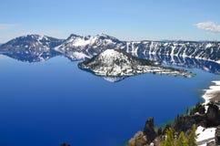 华美的Crater湖在一个春日,俄勒冈 免版税图库摄影