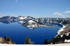 华美的Crater湖在一个春日,俄勒冈 免版税库存照片