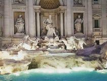华美的trevi喷泉在晚上 免版税库存照片