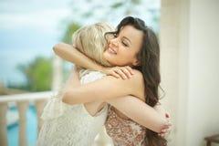 华美,可爱新娘拥抱,拥抱美丽的最好的朋友 库存图片
