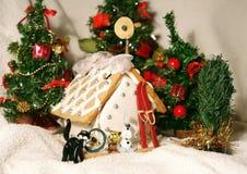 华而不实的屋、猫、狗和圣诞节礼物 免版税库存照片