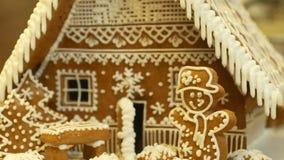 华而不实的屋和美丽村庄与房子的蛋糕,树和雪人,装饰用糖果店白色结冰 影视素材