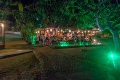 华腴正方形的华腴餐馆在晚上-费尔南多・迪诺罗尼亚群岛, Pernambuco,巴西 免版税库存图片