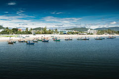 华Hin海滩。 并且小船, 免版税库存图片
