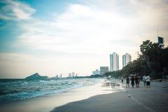 华hin,泰国, 2015年11月26日 海和蓝天在城市背景 库存照片
