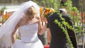 协助下船的汽车的新郎新娘 股票视频