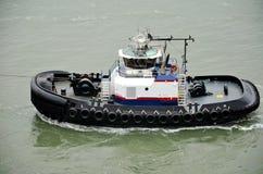 协助停泊的拖轮货轮,纽约海湾 免版税库存照片