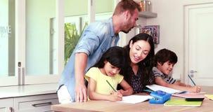 协助孩子的父母做家庭作业 股票视频