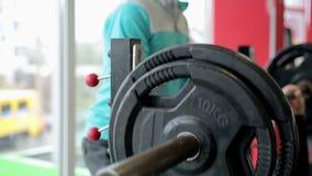 协助杠铃锻炼的健身教练员运动员,刺激与赞许 股票视频