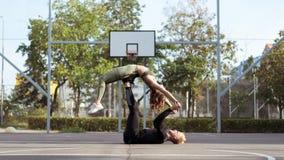 协助的姿势 Appearling爱的男人和女子实践的瑜伽和增长的身体力量 库存照片